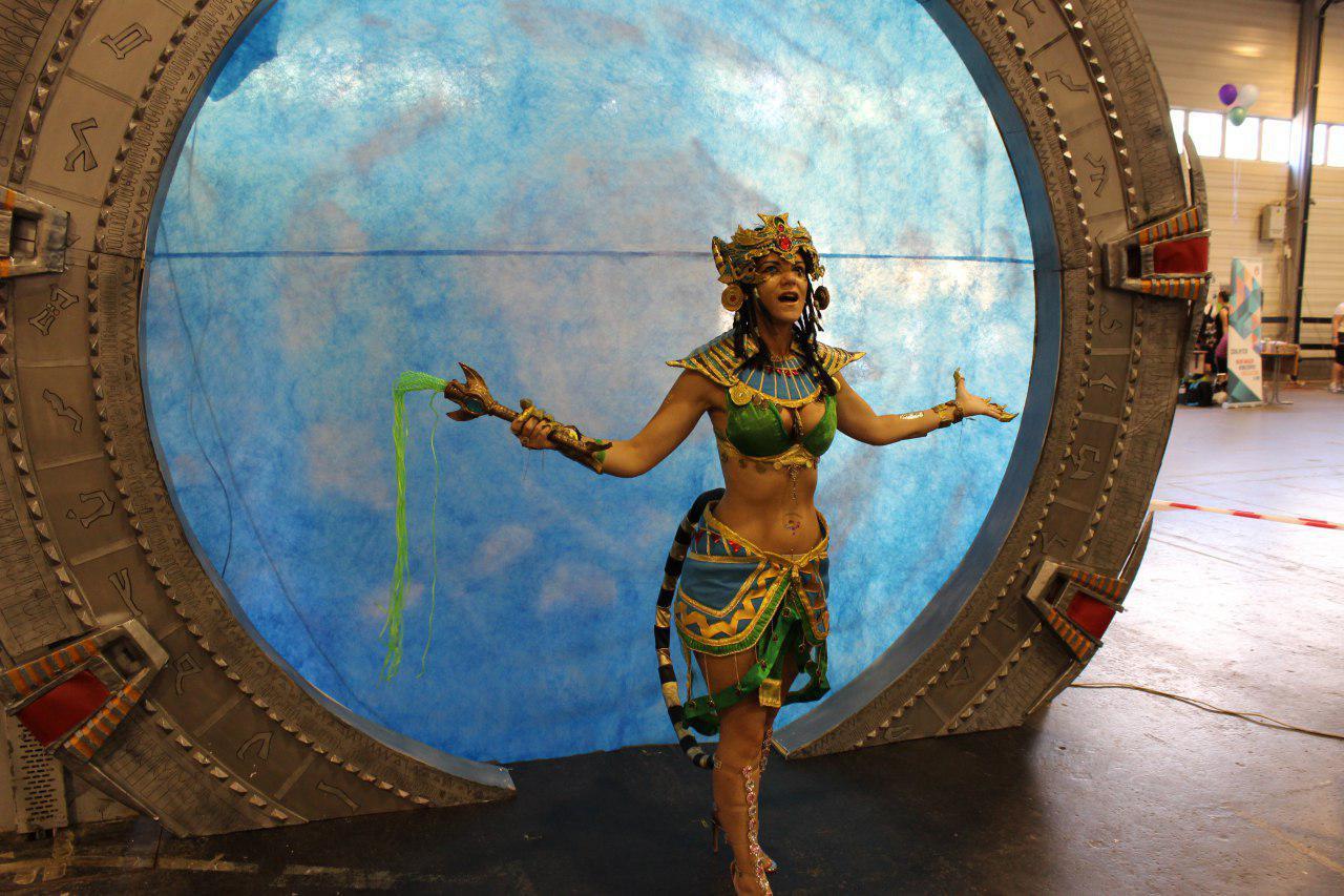 Bath Istennő érkezik meg a Csillagkapun keresztül a 2018-as nyáriMondocon rendezvényen (Majoros Tünde)